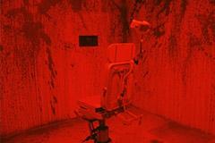 Chaise pour les malades mentaux maculée de sang