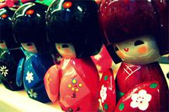 Achetez des kokeshi (poupées traditionnelles japonaises)