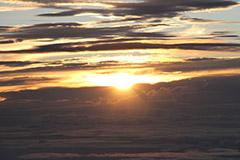 Lever du soleil au dessus des nuages