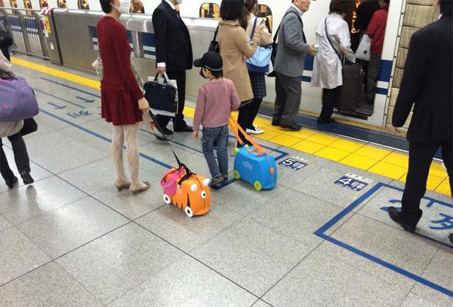 Drôles de valises à Shinagawa