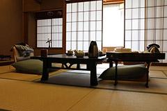Une chambre traditionnelle avec tatami