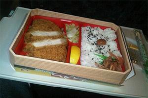 Plateau repas avec du porc pané et du riz dans un train shinkansen au Japon