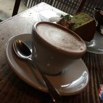 Cappuccino et gâteau au matcha