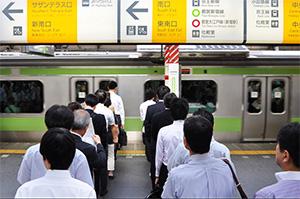 Queue devant un train à Tokyo