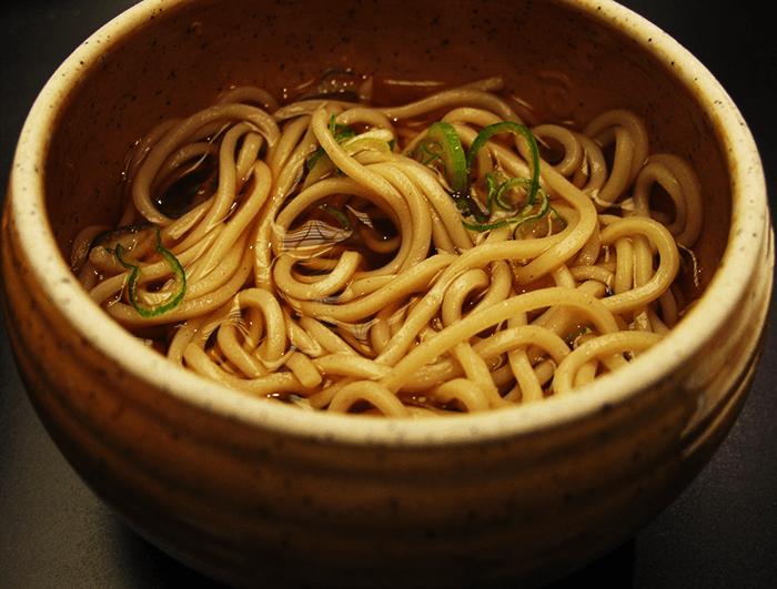 Nouilles de sarrasin froides dans un bol de tsuyu