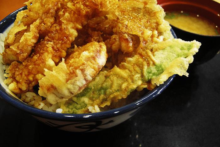 Plat japonais de beignets de crevettes et de légumes frits sur un bol de riz