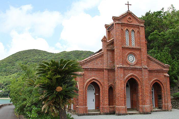 Photo de l'église Dozaki avec ses briques rouges sur l'île de Fukue à Goto