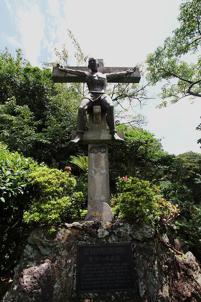 Statue de Saint Jean de Goto crucifié sur la croix en face de l'église de Dozaki