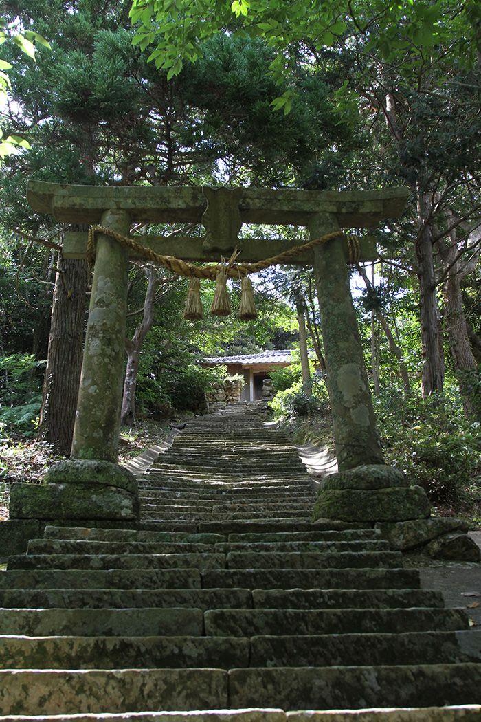 Montée des marches du sanctuaire Ichiogi sur l'île de Hisaka (Goto)